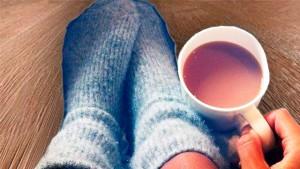на полу с кофе