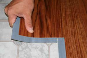 укладка кварцвиниловой плитки с клеевым замком