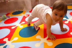 достоинства и недостатки мягкого пола для детской