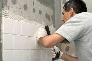уклдалку плитки можно начинать со стен или с пола