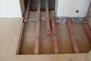 подготовка-к-гидроизоляции-деревянного-пола